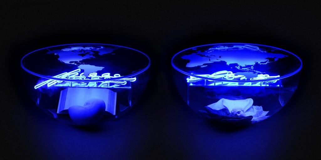 Giulio De Mitri, Peace & Love, 2008, metacrilato, pvc, resina, tessuti, neon di colore bianco e azzurro, cm 70x350x150